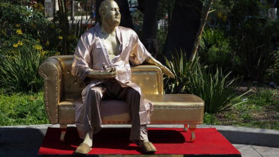 Новости  В Голливуде установили статую скандально известного продюсера Вайнштейна